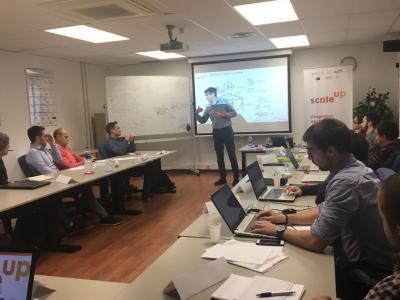 Tomás Guillem impartiendo la sesión Estrategia y Crecimiento SCALE UP